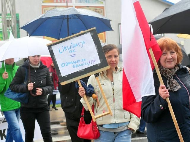 Protest w SanokuNa blisko pół godziny wstrzymany został dziś ruch samochodowy na ul. Krakowskiej w Sanoku. Stało się to za sprawą pikiety przeciwko planowanej przez resort finansów likwidacji miejscowego oddziału celnego.