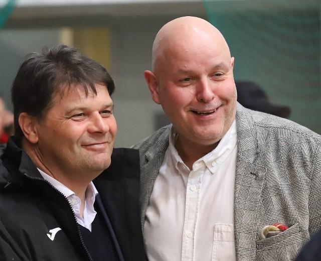 Trener Radosław Mroczkowski i dyrektor MOSiR Eryk Rawicki