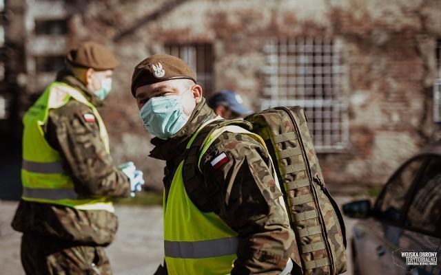 Żołnierze WOT sprawdzają, czy osoby objęte kwarantanną przebywają w domach.