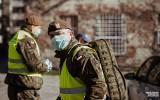 Koronawirus w Polsce. Żołnierze Wojsk Obrony Terytorialnej wspierają policjantów. Sprawdzą, czy osoby na kwarantannie są w domach