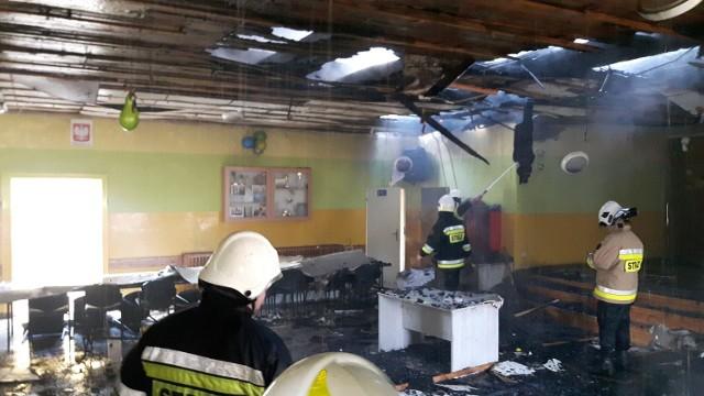 Akcja gaśnicza była trudna, dlatego ogień strawił większość budynku, w którym mieściła się świetlica wiejska