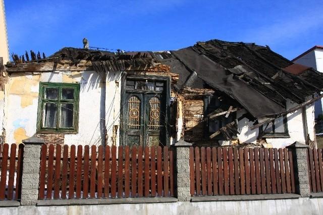 Dom przy ulicy Tkackiej zbudowano w 1861 r. W chwili zawalenia był niezamieszkały. Katastrofa przyśpieszy rozbiórkę tego z niego zostało i odbudowanie na nowym miejscu w skansenie.