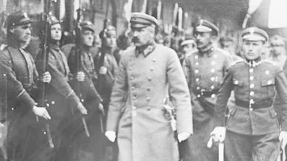 11 listopada 1918 roku jest umowną datą odzyskania niepodległości przez Polskę. Tego dnia Rada Regencyjna, przekazała władzę nad wojskiem Józefowi Piłsudskiemu. 14 listopada rozwiązała się i utworzyła urząd Naczelnika, który objął Piłsudski. Na zdjęciu: Józef Piłsudski dokonuje przeglądu wojska