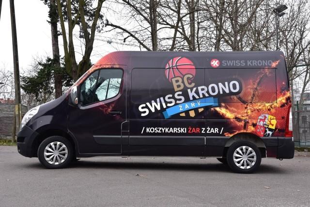 Dzięki nowemu środkowi transportu młodzi zawodnicy BC SWISS KRONO Żary mogą w wyjątkowo komfortowych i bezpiecznych warunkach podróżować na mecze.