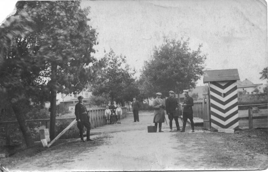 Granicą polsko-niemiecką w Praszce był drewniany most na Prośnie. Rzeka ta oddzielała Praszkę od wsi Zawisna, która dzisiaj jest już częścią miasta.