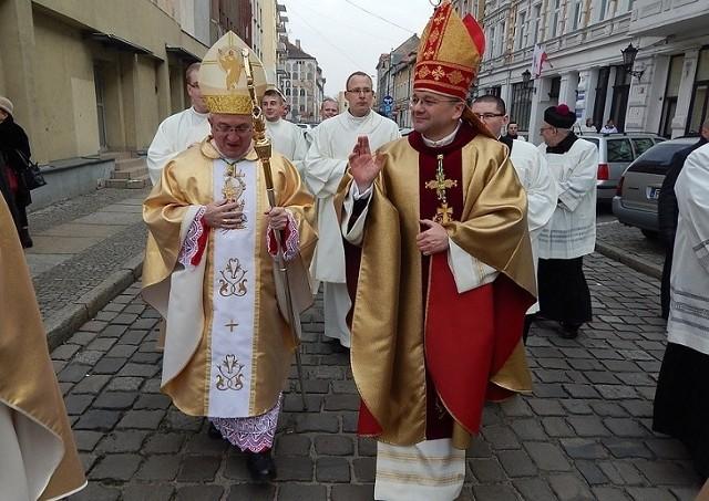Biskup Tadeusz Lityński, ordynariusz diecezji zielonogórsko-gorzowskiej, wręczył już dekrety dotyczące posługi duszpasterskiej kapłanów w naszych kościołach. W poniedziałek 24 czerwca kuria opublikowała pełną listę zmian personalnych. Możemy je poznać już czwarty rok z rzędu. Od kiedy ordynariuszem lubuskiego Kościoła został bowiem bp Tadeusz Lityński, zmiany są podawane do publicznej wiadomości tuż po wręczeniu dekretów. Biskup nie chce bowiem, aby wierni o zmianach w swoich parafiach dowiadywali się z chwilą fizycznych przenosin kapłanów z parafii do parafii.Nowi proboszczowie w większości obejmą parafie 1 sierpnia, natomiast pozostali księża w nowym miejscu zaczną pracować od 26 sierpnia. Do jakich zmian doszło u nas? Zobaczcie na kolejnych podstronach w galerii.Zobacz też: Pożar XIX-wiecznego kościoła w Lubuskiem. Strażacy zdemontowali iglicę