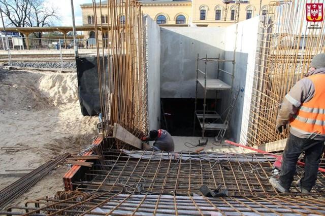 Trwa budowa parkingu przy ulicy Magazynowej w Inowrocławiu oraz tunelu, który połączy parking z dworcem PKP w Inowrocławiu. Tunel będzie miał długość około 11 metrów. Zostanie połączony z istniejącym już przejściem. Przy ulicy Magazynowej powstanie parking na około 117 miejsc. Zakończenie prac zaplanowano na połowę tego roku. Koszt inwestycji to prawie 6 mln zł, w tym ok. 5 mln zł stanowi dofinansowanie z UE.