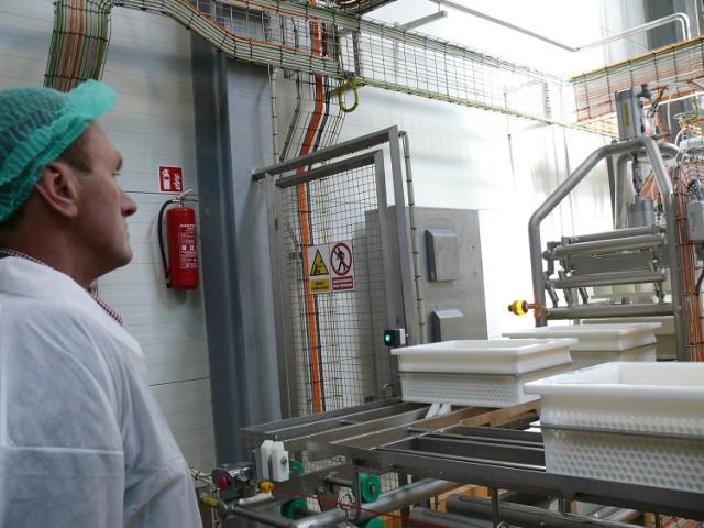 Tak z bliska prezentuje się otwarta linia do produkcji sera.