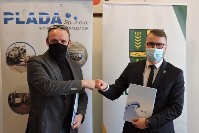 Łukasz Sokołowski z Plady i Paweł Wąsiak, wójt Łubnian z umową, która oznacza, że od marca mieszkańcy będą mieli nowego dostawcę wody i odbiorcę ścieków.