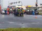 Wypadek - Toruń. Na skrzyżowaniu Szosy Lubickiej i Wyszyńskiego zderzyły się cztery pojazdy, w tym karetka na sygnale [zdjęcia]