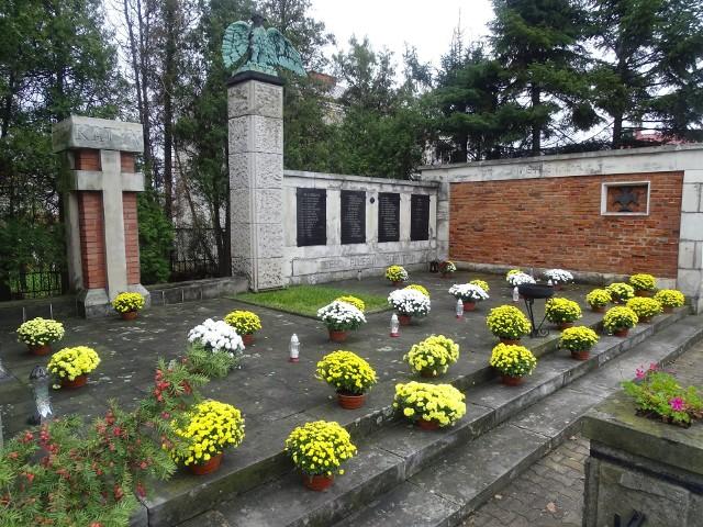 Urząd Miejski w Zwoleniu zakupił kwiaty od lokalnych producentów. Piękne chryzantemy zdobią miejsca upamiętniające wydarzenia historyczne.