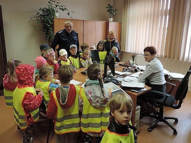 Prawdziwą gratką dla dzieci z Zespołu Edukacyjnego w Skwierzynie była wizyta w miejscowym komisariacie. Policjanci odsłonili przed maluchami kulisy swojej służby.