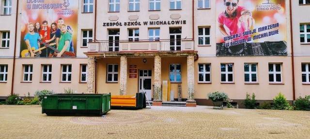 Trwają ostatnie prace remontowe w Zespole Szkół w Michałowie. Swój wygląd zmienią między innymi kolumny przy froncie szkoły.