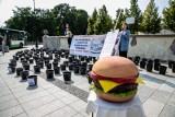 Akcja ekologiczna Wegestok. Zobacz ile trzeba wody, aby wyprodukować jednego burgera (zdjęcia)