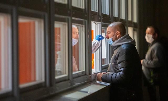 Od 3 listopada w odniesieniu do osób wspólnie zamieszkujących z podejrzanym o zakażenie, u którego zlecony został test, nie ma obowiązku kwarantanny.