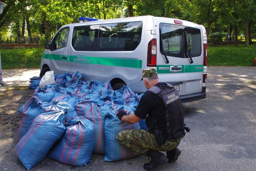 W zabezpieczonych przez Straż Graniczną 34 workach znajdowało się ponad 630 kg krajanki tytoniowej.