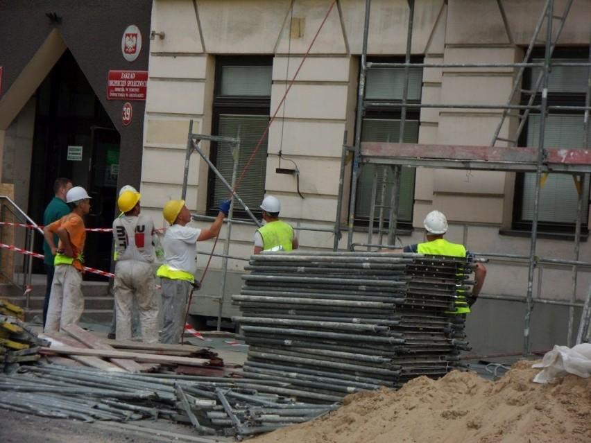 Przy grudziądzkiej siedzibie ZUS ustawiane jest właśnie rusztowanie. Remonty pochłoną w sumie ok. 3 mln zł