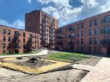 Nowy Nikiszowiec na ukończeniu. Na elewacji tynk w kolorze cegły. Jest tu 513 mieszkań w trzech kwartałach