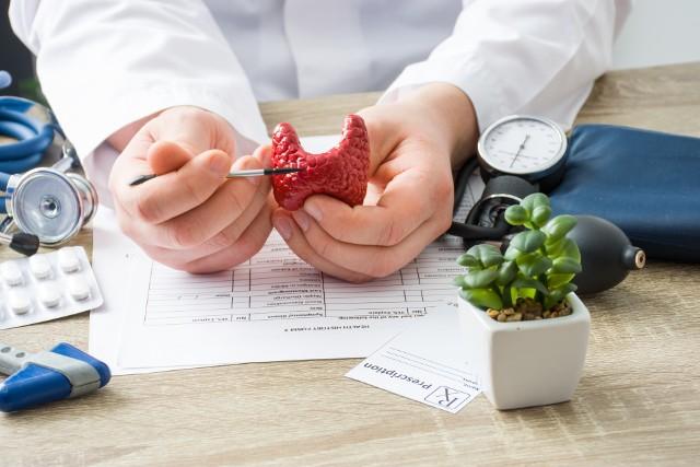 Choroby tarczycy to obecnie bardzo częsty problem. Szacuje się, że w Polsce na Hashimoto cierpi ok. 800 tys. osób, przy czym większość chorych to kobiety. Niektórzy eksperci twierdzą, że u kobiet powyżej 35 lat, prawdopodobieństwo rozwoju chorób tarczycy wynosi ponad 30%. Podłoże tego schorzenia może być genetyczne, przyczyną może być również stres, niedobory żywieniowe lub toksyny obecne w środowisku. Etiologia Hashimoto nie została jednak jeszcze do końca zbadana. Diagnozowanie problemów z tarczycą jest dość trudne, gdyż objawy są często niespecyficzne (zmęczenie, depresja, lęk). Tarczyca pozostaje zatem jednym z najbardziej tajemniczych i najmniej poznanych gruczołów. W tym materiale rozprawiamy się z popularnymi mitami na temat choroby Hashimoto.