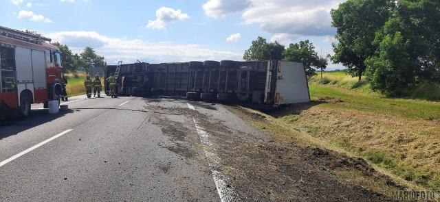 Wypadek w Paczkowie. Na obwodnicy wywrócił się samochód ciężarowy. Jezdnię blokują worki, które przewoził