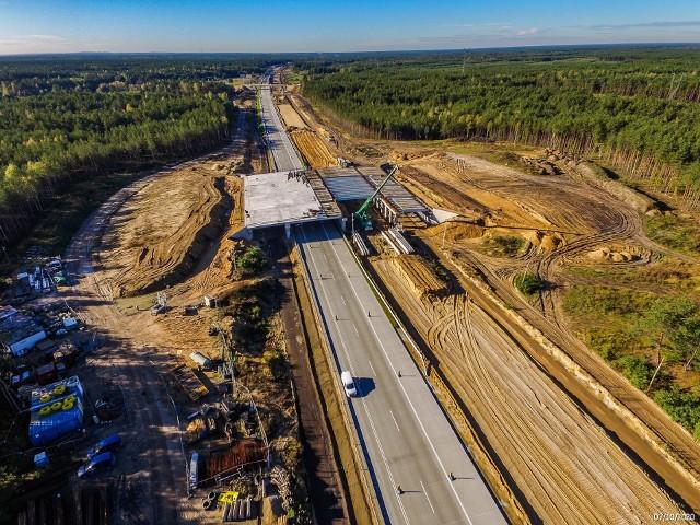 Oto najnowsze zdjęcia z budowy autostrady A1 na odcinkach D i E. Pierwszy to odcinek w województwie łódzkim, budowany tuż przy granicy z woj. śląskim, a drugi, odcinek E. To licząca 17 km trasa od węzła Częstochowa Północ do granicy z województwem łódzkim. Na obu odcinkach, jak widać, na jednej jezdni leży już betonowa nawierzchnia.Zobacz kolejne zdjęcia. Przesuwaj zdjęcia w prawo - naciśnij strzałkę lub przycisk NASTĘPNE