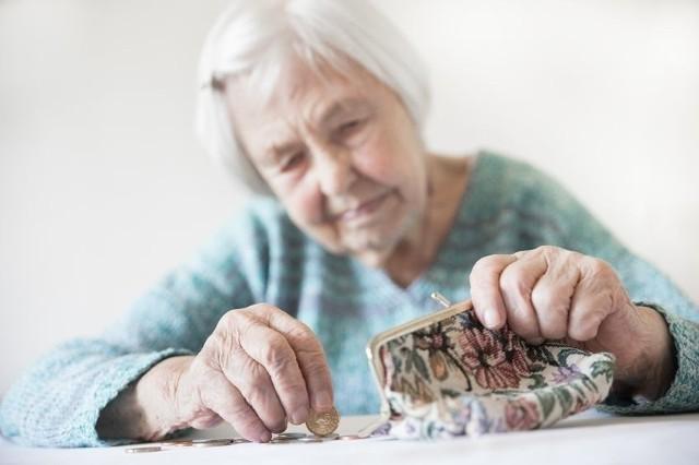 Większość seniorów w Polsce może liczyć na dodatkowe pieniądze. Jeszcze w tym roku emeryci i renciści otrzymają nawet 1000 zł netto. Poza standardową emeryturą wypłacana będzie 14. emerytura. Świadczeniobiorcy nie muszą martwić się o formalności. Chcąc otrzymać czternastkę, nie trzeba składać dodatkowych wniosków. Liczy się za to inna kwestia... Ponadto nie wszyscy dostaną tle samo! Wszystko zależy od wysokości bieżącej emerytury. W galerii prezentujemy stawki. Zobacz, ile wyniesie Twoja 14. emerytura! Ile wyniesie Twoja 14. emerytura? Stawki mogą być różne! Zobacz wyliczenia  >>> TUTAJ
