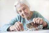 Zbliża się termin wypłat 14. emerytury. Kto może liczyć na dodatkowe pieniądze? Nie wszyscy dostaną tyle samo! Zobacz stawki