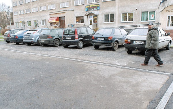 Na odnowionym parkingu trzeba jeszcze namalować linie wyznaczające miejsca do parkowania. Znajdzie się tu także miejsce dla osób niepełnosprawnych.