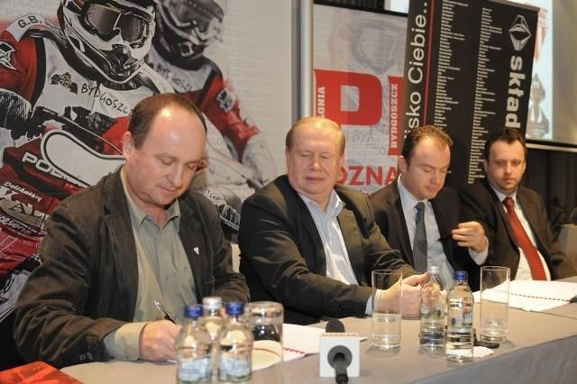 Uroczyste podpisanie umowy (od lewej): prezes Polonii Jarosław Deresiński, dyrektor Jerzy Kanclerz, prezes Arkadiusz Pruszak i Rafał Rusak z firmy składywęgla.pl