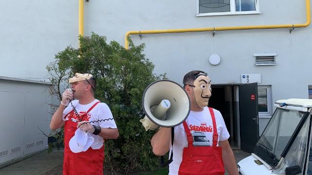 """W środę, 3 czerwca w zakładzie Volkswagen Poznań odbyła się pikieta pracowników nawiązująca do serialu """"Dom z papieru"""".Przejdź do następnego zdjęcia ----->"""