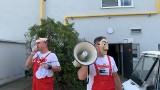 Pikieta w Volkswagen Poznań: Pracownicy przebrani za postaci z serialu protestowali przeciwko zwolnieniom. Śpiewali i grali na akordeonie