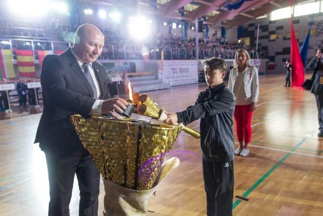 Mistrz olimpijski z Sydney w rzucie młotem, Szymon Ziólkowski zapala znicz olimpijski