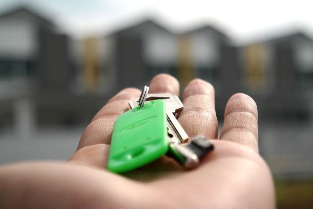 PKP wyprzedaje swoje nieruchomości. W swojej ofercie ma atrakcyjne grunty niezabudowane, zabudowane, budynki a nawet mieszkania.Na kolejnych slajdach zobaczysz co ciekawego kupić można na przetargach, organizowanych przez PKP.
