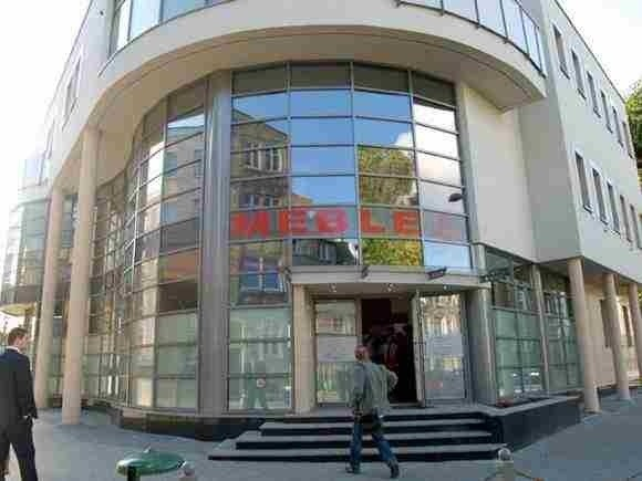 Salon meblowy Bonkowscy w KoszalinieBonkowskim udało się wybudować interesujący architektonicznie budynek, którego bryłę wkomponowano w zabudowę ul. Konstytucji 3 Maja.