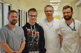 Lekarze z ICZMP w Łodzi wszczepili Mateuszowi zastawkę przez przedsionek. To pionierska operacja
