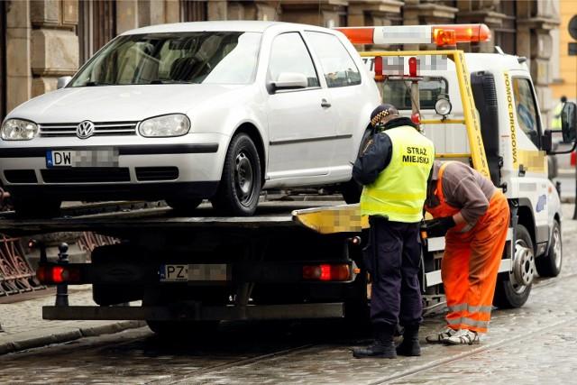 Odholowanie samochodu we Wrocławiu (zdjęcie ilustracyjne)
