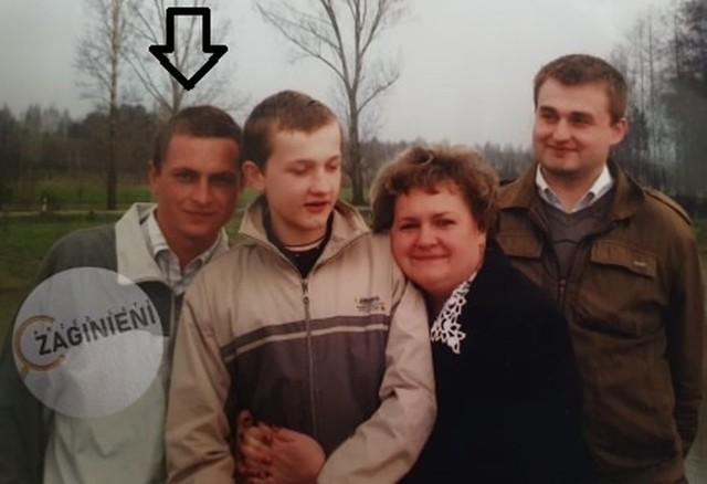 Maciej (pierwszy z lewej) z Grzegorzem (obok), Elżbietą i Wojtkiem Zielińskimi. Dopiero po trzydziestu latach okazało się, że nie jest ich biologicznym synem oraz bratem...