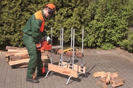 Cięcie drewna na stojakuSamodzielne przygotowanie drewna opałowego zwłaszcza, kiedy mamy do czynienia z długimi i ciężkimi polanami, nie jest prostym zadaniem. Nieocenioną pomocą podczas cięcia bloków drewna jest stojak. Umożliwia on bezpieczne i sprawne cięcie drewnianych beli.