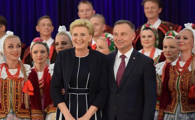 Prezydent Andrzej Duda i prezydentowa Agata Duda w Koszęcinie.Zobacz kolejne zdjęcia. Przesuwaj zdjęcia w prawo - naciśnij strzałkę lub przycisk NASTĘPNE