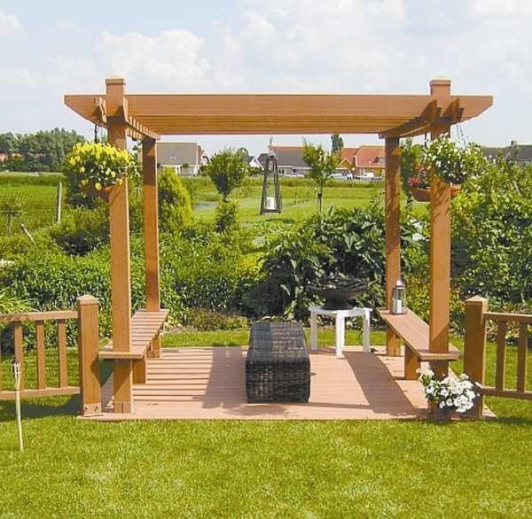 Drewniane tarasy tworzą przyjazną atmosferę, dobrze komponują się z roślinami.