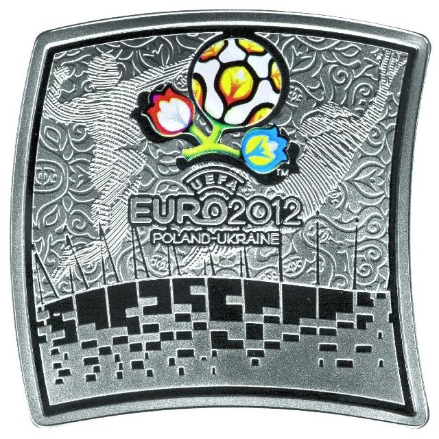 Monetą o wyjątkowym kształcie będzie srebrna 20-złotówka z wizerunkami czterech polskich stadionów, na których odbędą się mecze Euro 2012 oraz logo turnieju, wykonane techniką tampodruku.