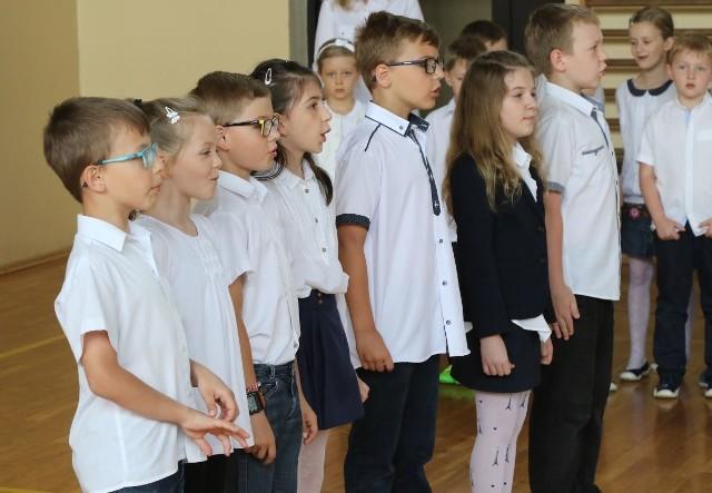 Uczniowie Zespołu Szkół Ogólnokształcących numer 16, którzy wzięli udział w akcji, uczestniczyli także w poniedziałkowej akademii, podczas której deklamowali patriotyczne wiersze.