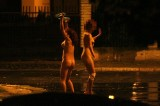 Dwie młode kobiety nago tańczyły w fontannie w centrum miasta