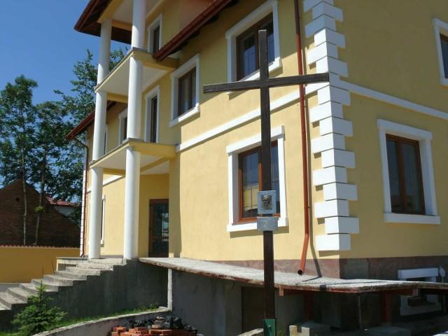 Krzysztof Obara przeniósł krzyż na swoją posesję 16 czerwca.