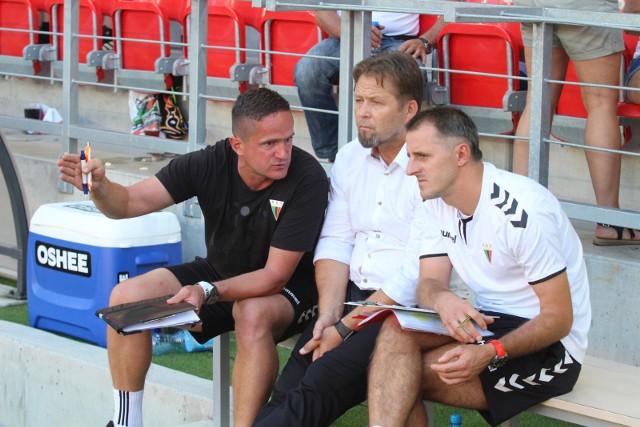 Trener Jurij Szatałow (w środku) i jego asystenci mają nad czym myślęć po porażce w Głogowie.