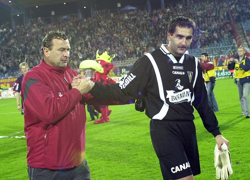 Waldemar Grzanka (z prawej) odbiera gratualcje od trenera bramkarzy Zbigniewa Długosza (z lewej), po udanym występie przeciwko GKS Katowice.