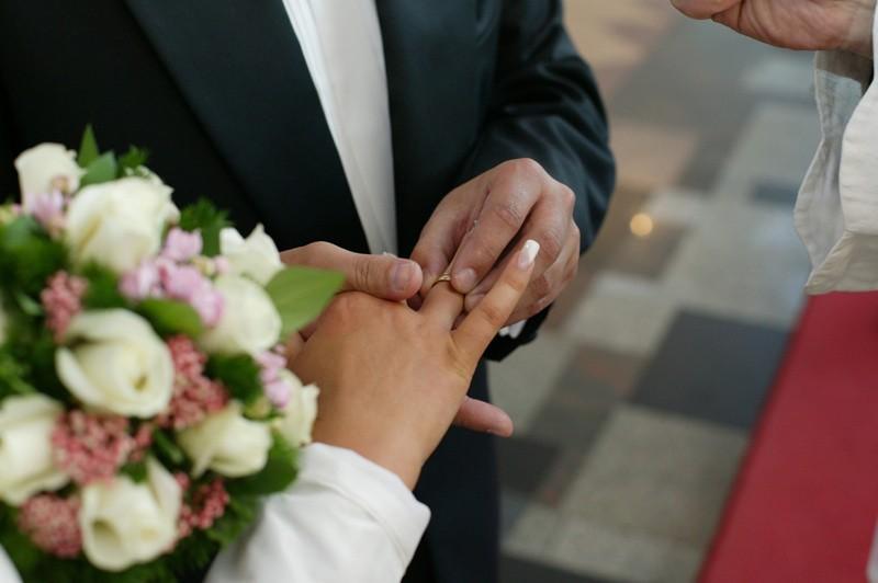 Na śluby Polacy zwykle nie skąpią pieniędzy. Jak wynika z naszego raportu, opłaty kościelne, poza małymi wyjątkami, nie są największą pozycją w tych wydatkach.
