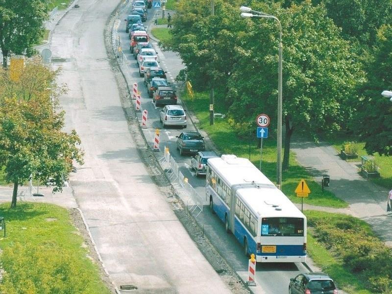 Błąd pracowników Strabagu oznacza, że korki na głównej ulicy Bartodziejów potrwają miesiąc dłużej