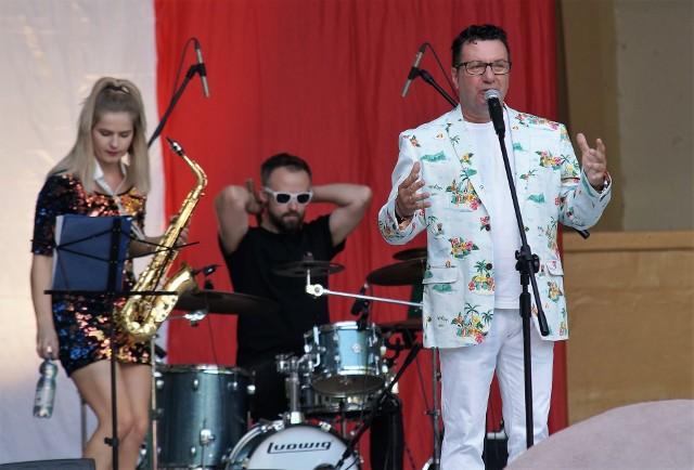 """Już po raz piąty muzyczne lato w Inowrocławiu zainaugurował koncert włoskich przebojów pod tytułem """"Estate Italiana"""". W muszli koncertowej Parku Solankowego wystąpili: Andrea Lattari z zespołem Ciao Amore i grupą taneczną Maroka Show Girls, a także Alberto Amati i Dario Isidoris. Ze sceny popłynęły znane włoskie hity, które porwały do tańca przybyłych inowrocławian i goszczących w mieście kuracjuszy."""