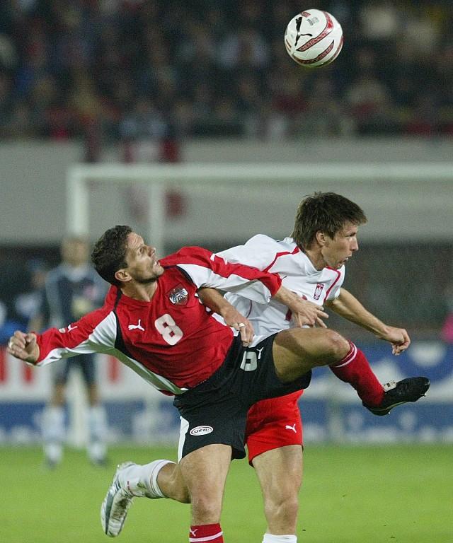 Grzegorz Rasiak (z prawej) nie zbiera dobrych recenzji za grę w reprezentacji. Jednak Paweł Janas konsekwentnie stawia na niego. Także w meczu z Białorusią.